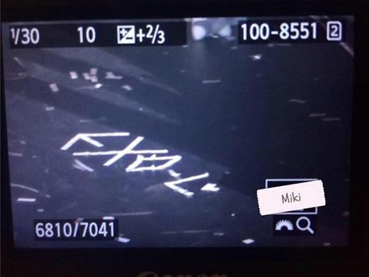 Chanyeol cẩn thận xếp giấy vụn thành chữ EXO-L khiến fan hạnh phúc