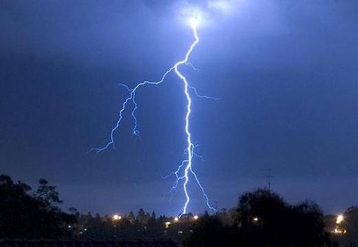 Khi thấy trời sắp mưa mọi người nên nhanh chóng vào nhà trú ẩn vì hiện nay mưa có thể gây ra hiện tượng sét đánh