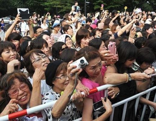 Hàng trăm người hâm mộ đến chúc phúc cho Lee Byung Hun