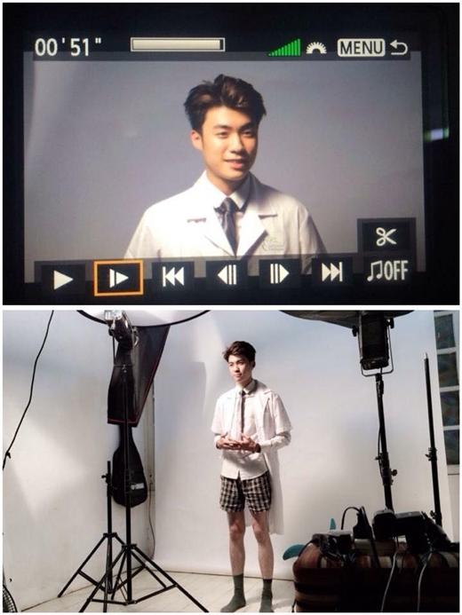Anh chàng hot boy Vương Anh mới gần đây chia sẻ bức hình chụp tại một studio vô cùng hài hước. Anh mặc áo sơ mi, khoác chiếc áo blu-trắng và đeo cà vạt nhưng bên dưới thì lại là một chiếc quần shorts và đi tất khiến cho rất nhiều người hâm mộ phải ố á cười ngặt nghẽo về hình ảnh này của anh chàng.