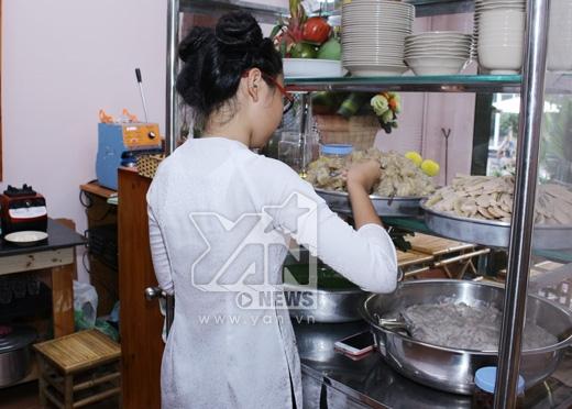 Dù không biết nấu chè nhưng Phương Mỹ Chi có thể phụ bán rất chuyên nghiệp. - Tin sao Viet - Tin tuc sao Viet - Scandal sao Viet - Tin tuc cua Sao - Tin cua Sao