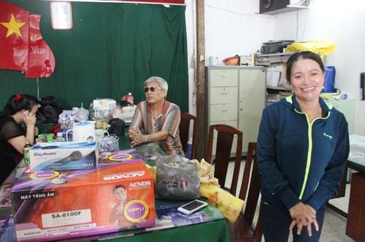 Ngày 3/6, chị Huỳnh Thị Ánh Hồng (SN 1978, quê Quảng Ngãi, ngụ Q.Tân Bình) đã mua 7 tạ gao, 1 dàn âm li, 2 micro, trao tặng cho Hội người mù quận Tân Bình, TP.HCM.