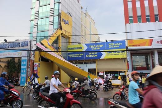 Lúc này, gió đã kéo sập nhiều cây xanh, biểu hiện quảng cáo, mái nhà của người dân trên đường Trương Văn Thành, đường số 3, số 14 và đình Phong Phú.