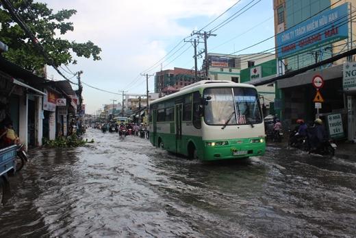 Theo ghi nhận, sau cơn mưa dông, trên các tuyến đường,nước ngập sâu hơn nữa bánh xe, khiến cho người dân lưu thông rất khó khăn
