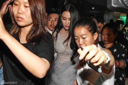 Trương Hinh Dư bị la ó, phản đối vì đá xoáy tình cũ