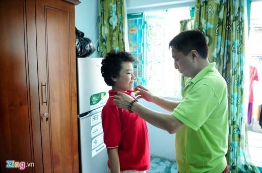 Trước khi đến trường, cậu bé 11 tuổi được bố chỉnh trang lại trang phục cũng như căn dặn cẩn thận. - Tin sao Viet - Tin tuc sao Viet - Scandal sao Viet - Tin tuc cua Sao - Tin cua Sao
