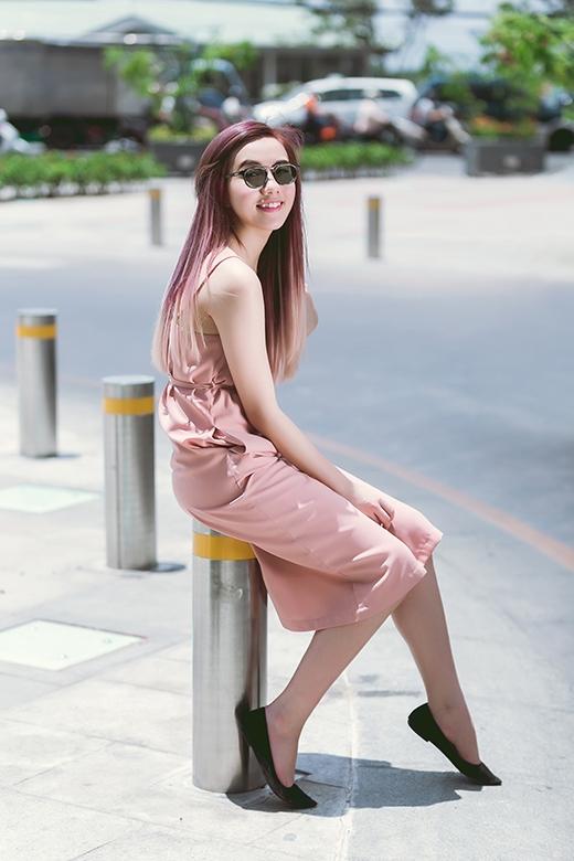 Mốt áo ngủ trở thành item thời trang thịnh hành trong 2 năm trở lại đây. Bộ váy hai dây phom dài được tạo điểm nhấn với thắt nơ xinh xắn ngay thắt eo.