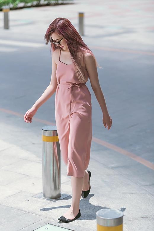 Gam màu hồng nâu pastel dịu nhẹ làm cho tổng thể từ màu tóc đến trang phục trở nên mát mẻ hơn.
