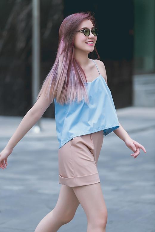 Với tone pastel làm chủ đạo, hot girl Mie chọn phối giữa áo ngủ hai dây tone xanh cùng quần short ống rộng màu be.
