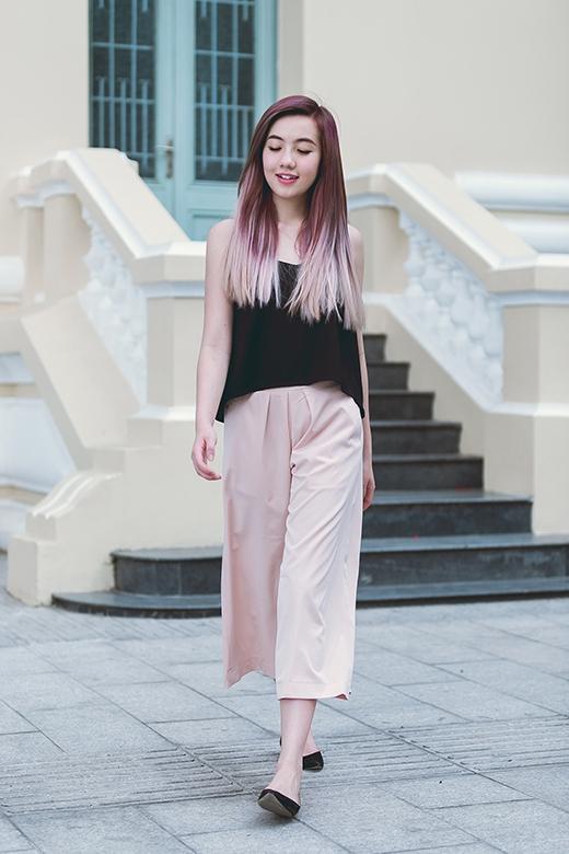 Vẫn với chiếc áo hai dây, tone đen của áo lại được phối cùng quần culottes xếp ly tone hồng pastel ngọt ngào, nữ tính.