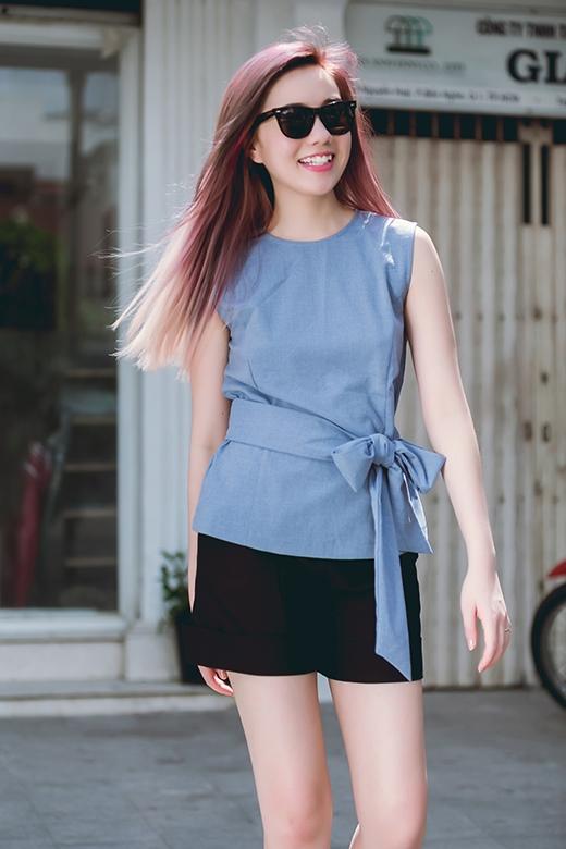 Chiếc quần short tone đen được phối khá hài hòa và làm nổi bật chiếc áo xanh xám với điểm nhấn là chiếc thắt lưng vải to bản.
