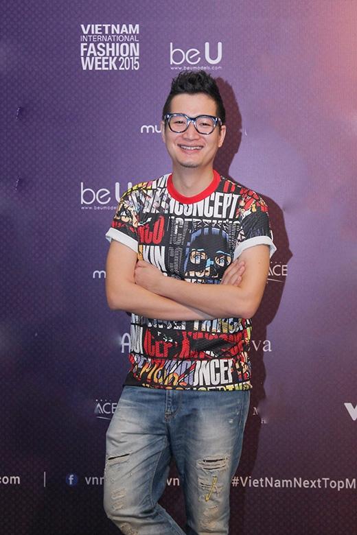 Nhiếp ảnh gia Samuel Hoàng tiếp tục lựa chọn kết hợp T-shirt họa tiết cùng jeans rách cá tính.