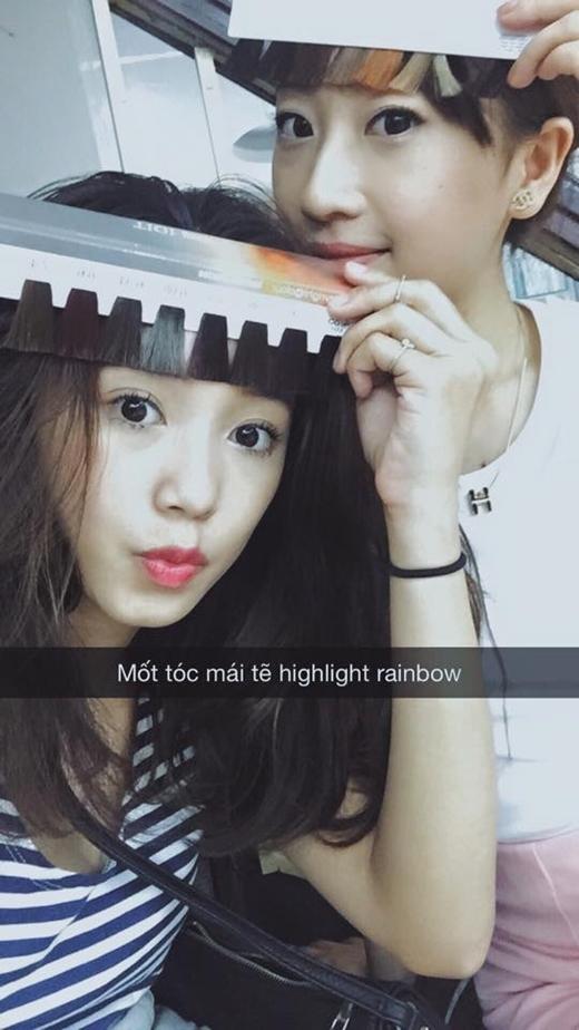 Cô nàng hot girlSalimđang đi đầu xu hướng vớimốt tóc mái rẽ highlight rainbow. Nhìn cô vô cùng đáng yêu và nhí nhảnh trong bức hình chụp cùng hot girl Minh Trang.