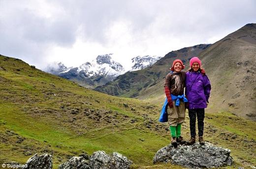 Trong suốt 3 năm qua, Réka và em trai sinh đôi của mình đã du lịch đến 23 quốc gia và nói thành thạo 3 thứ tiếng học được trên đường đi.