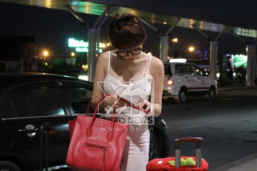 Nữ ca sĩ kiểm tra 1 lượt tất cả giấy tờ và hành lý trước khi làm thủ tục xuất cảnh - Tin sao Viet - Tin tuc sao Viet - Scandal sao Viet - Tin tuc cua Sao - Tin cua Sao
