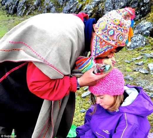 Réka tham gia cầu nguyện ở núi Andes, Peru.