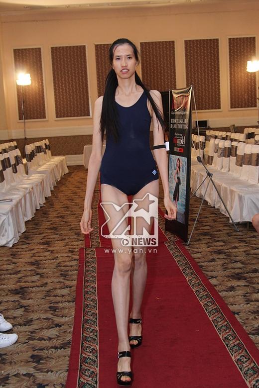 Hồng Xuânđược yêu cầu thay một đôi giày khác và thực hiện lại phần thi catwalk.