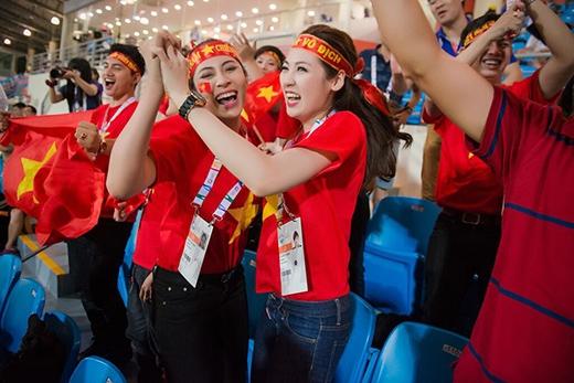 U23 Việt Nam đã giành chiến thắng với tỉ số 1 - 0 và vươn lên dẫn đầu bảng. Những CĐV đặc biệt này đã hoàn thành xuất sắc nhiệm vụ truyền lửa và không giấu được niềm hạnh phúc khi đội tuyển chiến thắng. - Tin sao Viet - Tin tuc sao Viet - Scandal sao Viet - Tin tuc cua Sao - Tin cua Sao