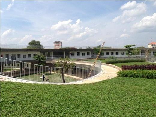 Mọi ngóc ngách của ngôi trường này đều được phủ một màu xanh tươi mát.