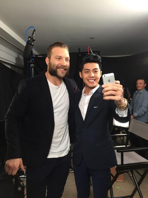 Noo Phước Thịnh vui vẻ chụp ảnh cùng ngôi sao Hollywood Jai Courtney. - Tin sao Viet - Tin tuc sao Viet - Scandal sao Viet - Tin tuc cua Sao - Tin cua Sao
