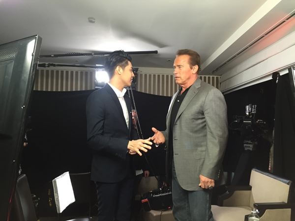 Nam ca sĩ còn thoải mái trò chuyện với Arnold Schwarzenegger - Tin sao Viet - Tin tuc sao Viet - Scandal sao Viet - Tin tuc cua Sao - Tin cua Sao