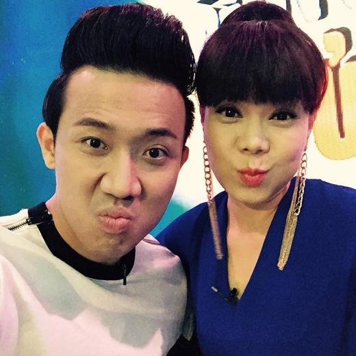 Trấn Thành đã đăng tải hình ảnh anh chụp cùng nữ diễn viên Việt Hương cách đây vài tiếng. Đây là hình ảnh được cho là trong hậu trường của chương trình Thách thức danh hài. Có thể thấy cả hai đang cố gắng nỗ lực để hồi teen.