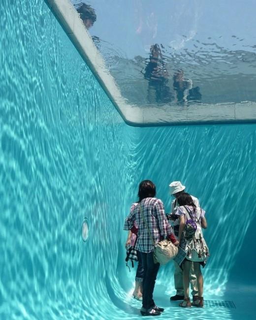 Không phải những người dưới hồ bơi toàn là người cá đâu nhé! Thật ra đây chỉ là một bể bơi giả ở Nhật, những người ở trên và dưới bể cách nhau bởi một bể bơi siêu mỏng dày 10cm.