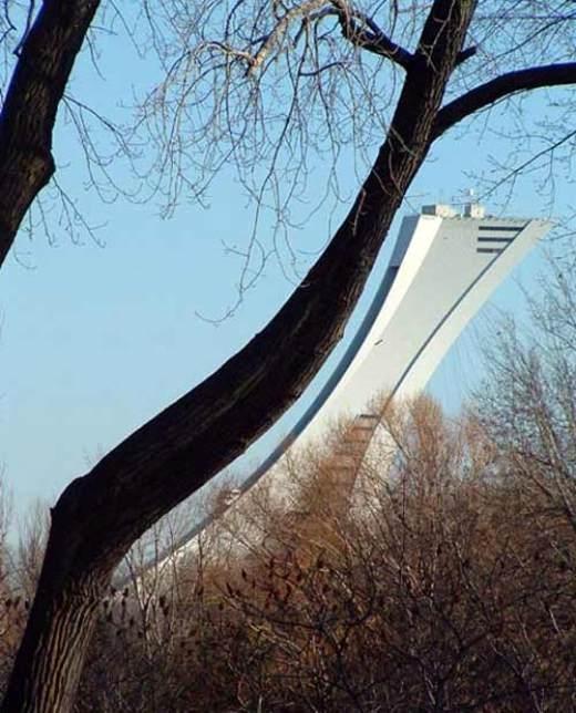 Vươn người tập yoga một chút nào! Đây là sân vận động Olympic ở Montreal, Canada đó!
