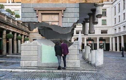Ngôi nhà trông như vừa bị xé toạc và trôi lơ lửng này được xây dựng ở London, Anh.
