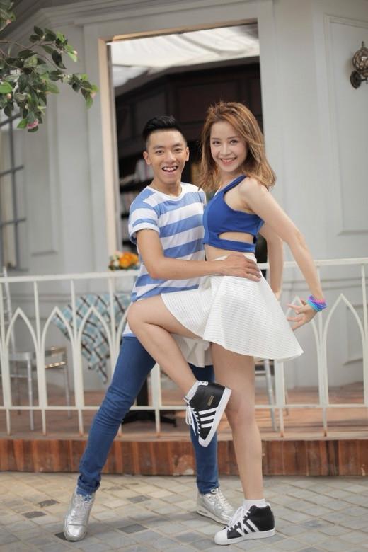 À, hóa ra là anh chàng đang hướng dẫn trưởng nhóm của mình một vài động tác cơ bản của bộ môn Dance Sport, cũng là sở trường của Tuấn Đạt đó.