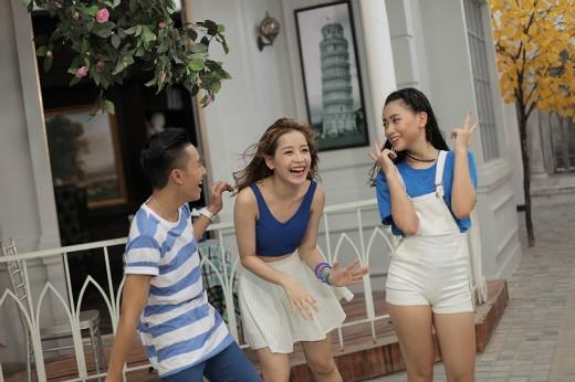 """Bộ 3 này cùng đến từ Hà Nội nên có vẻ rất """"hợp rơ"""" với nhau, suốt buổi quay MV cứ cười mãi thôi."""