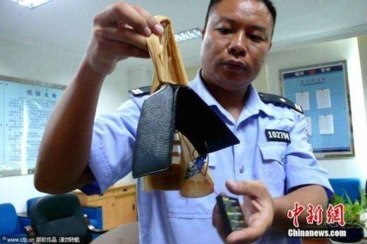 Máy quay phim cũng được giấu trong ví để dùng cho việc gian lận trongthi cử.