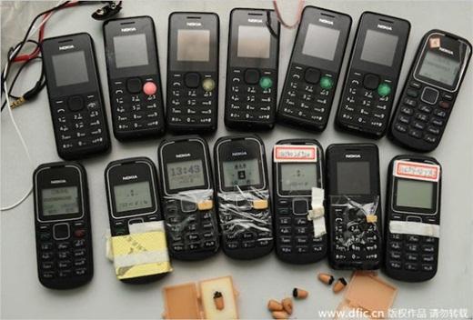 Hàng loạt các điện thoại đời cũ cài những chương trìnhgian lậnđã bị tịch thu.