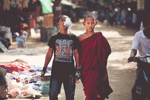 Hai anh em đang nắm tay nhau thân thiết nhưng mỗi người đã lựa chọn một cuộc đời riêng cho mình.