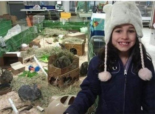 Cô bé này đã gửi tiền quyên góp của mình với lời nhắn: Cháu đã bán những con thú nhồi bông của mình với mong muốn những con thú thật sự sẽ được chăm sóc tốt hơn.