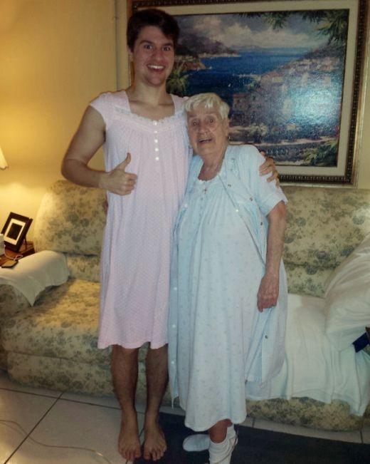 Bà cụ 84 tuổi này rất ngại ngùng khi phải mặc váy ngủ ở nơi đông người như bệnh viện. Cháu trai của bà đã mặc một chiếc váy ngủ để cổ vũ và cho bà biết rằng bà không đơn độc.