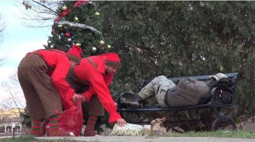 Một vài người tốt bụng hóa trang thành các yêu tinh và âm thầm tặng những món quà Giáng Sinh cho người lang thang...