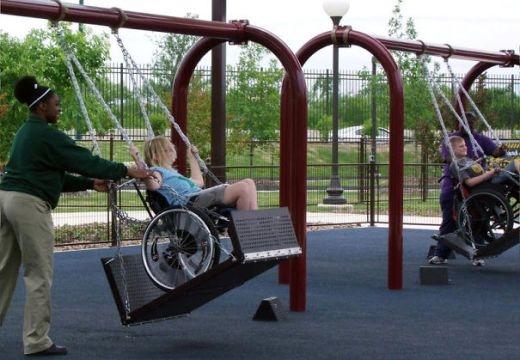 Ở công viên này, người ta không quên xây những chiếc xích đu đặc biệt dành cho những em bé phải ngồi xe lăn.