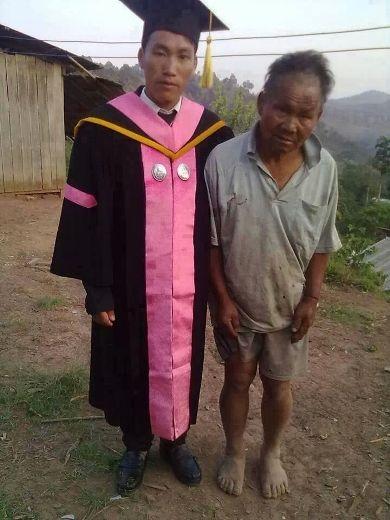 Một chàng trai vừa tốt nghiệp bên cạnh người cha nông dân của mình