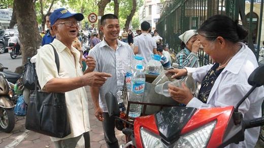 Nhiều người rất vui khi nhận được nước từ cô Thụng. Ảnh: Zing