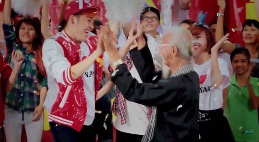 Ekip đãcasting nhiều nhân vật quần chúng thể hiện nhiều hình ảnh người Việt Nam khác nhau trong MV. - Tin sao Viet - Tin tuc sao Viet - Scandal sao Viet - Tin tuc cua Sao - Tin cua Sao