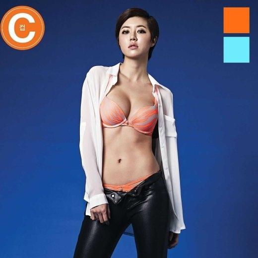 Trong khi đó, Park Han Byul trông vô cùng cá tính với mái tóc cắt ngắn và trang phục nội y khoe trọn vòng 1 đầy đặn.