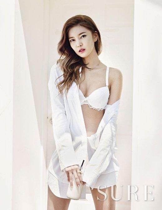 Mỗi khi lên sân khấu, NS YoonG không chỉ mê hoặc khán giả bằng giọng hát ngọt ngào mà còn bởi nét quyến rũ khó cưỡng. Chính vì vậy, với trang phục nội y, chắc chắn nhiều người sẽ không thể rời khỏi những đường cong của nữ ca sĩ.