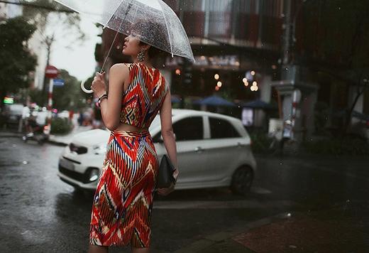 Phương Mai diện crop top kết hợp chân váy bút chì khoe khéo vòng eo con kiến gợi cảm. Bộ trang phục với những đường kẻ sọc bố trí khá độc đáo kết hợp thêm những gam màu bắt mắt tạo nên điểm nhấn cho trang phục.
