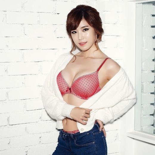 """Được mệnh danh là nữ thần tượng sở hữu thân hình đẹp nhất Kpop, Hyosung (Secret) không ngần ngại """"khoe thân"""" trên tạp chí trong những trang phục """"thiếu vải"""", thậm chí cả đồ lót."""