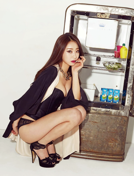 """Trong số 9 """"người mẫu"""" của 9Muses, Kyungri được bình chọn là thành viên sở hữu vẻ đẹp gợi cảm nhất. Chẳng trách vì sao mà cả hai phái nam và nữ đều bị cô nàng """"hớp hồn""""."""