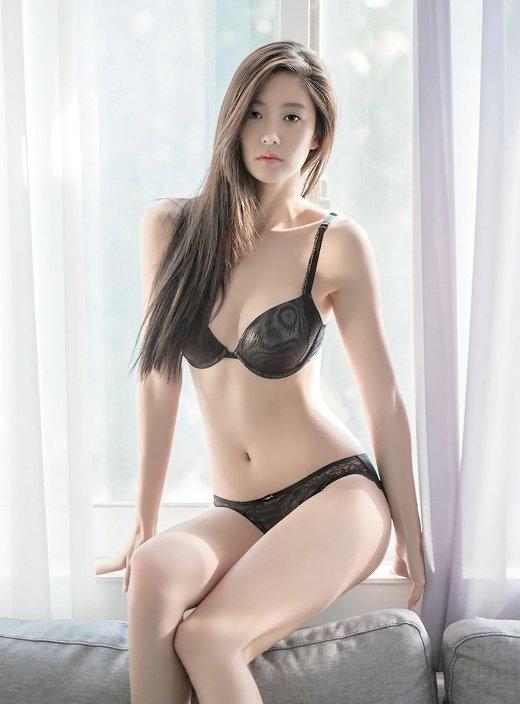 """Nhìn vào những bức ảnh này, chắc chắn sẽ không ai còn thắc mắc về danh hiệu """"mỹ nhân quyến rũ nhất xứ Hàn"""" của người đẹp lai – Clara."""
