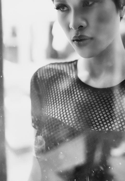 Mặc dù đã nói lời từ giã với công việc người mẫu nhưng với tố chất, tài năng sẵn có và tinh thần làm việc hết mình đã giúp cô thể hiện một cách trọn vẹn qua từng khung hình, từng nét biểu cảm tinh tế trong toàn bộ ảnh.