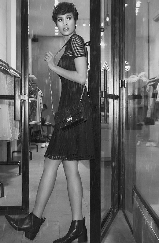 Hay chỉ nhẹ nhàng, đơn giản nhưng không kém phần gợi cảm trong chiếc váy xòe cổ điển trên nền chất liệu lưới mắt to xuyên thấu.