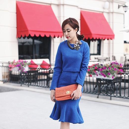 Hoàng Thùy Linh nhẹ nhàng, nữ tính trong bộ váy màu xanh coban kết hợp cùng vòng cổ họa tiết hoa độc đáo.